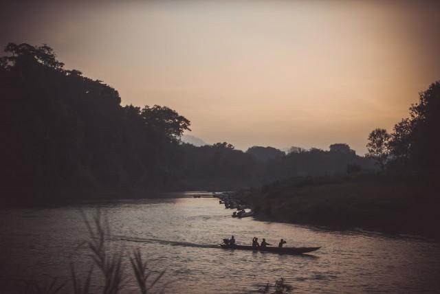 Підловлюємо місцевий човен, аби перебратись назад у село