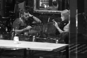 Кінець спілкуванню: фотосерія про людей, занурених у смартфони