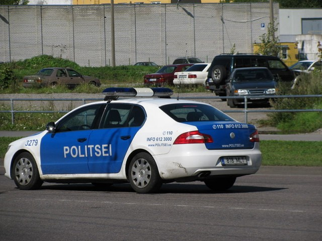 800px-Estonian_police_car_responding
