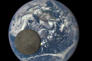 NASA сфотографувало проліт Місяця на фоні Землі