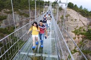 В Китаї збудували висячий скляний міст над прірвою у 200 м