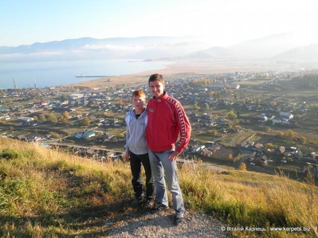 Внизу — селище Култук на березі Байкалу