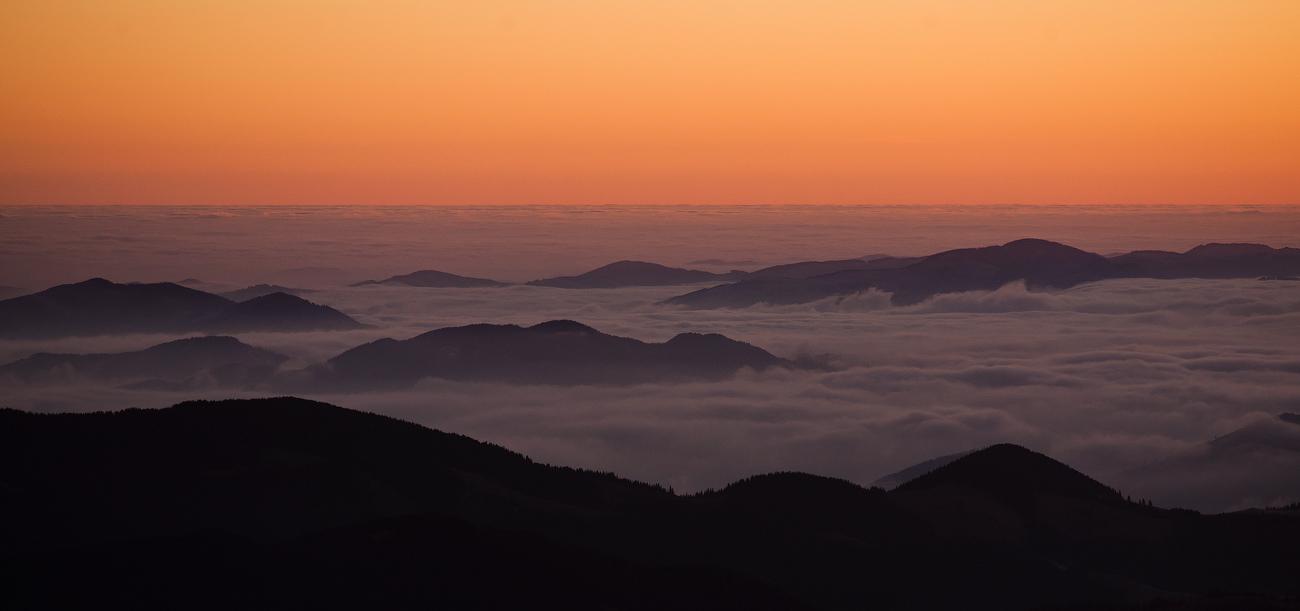 Острівки в морі хмар перед сходом сонця