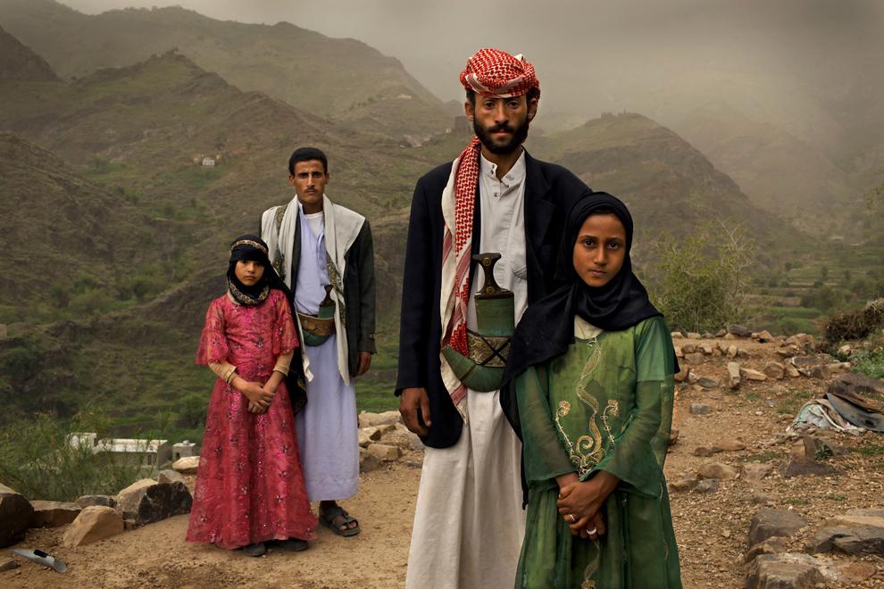Тахані та її чоловік Махед (на передньому плані) одружилися, коли їй було 6, а йому 25 - згідно прийнятим в Йемені традиціям. (Stephanie Sinclair/VII Photo Agency/National Geographic Magazine)