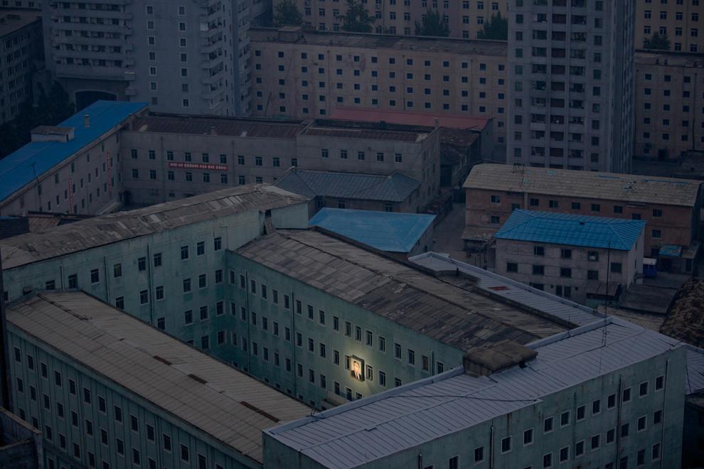 Фотографія Кім Чен Іра - єдине місце в кварталі, що має світло. (Damir Sagolj/Reuters)