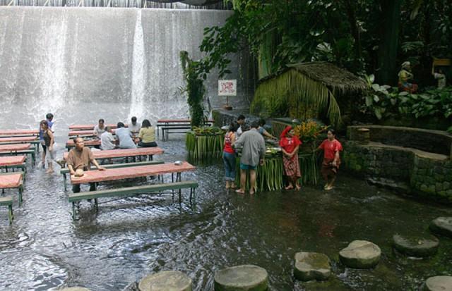 Ресторан під водоспадом