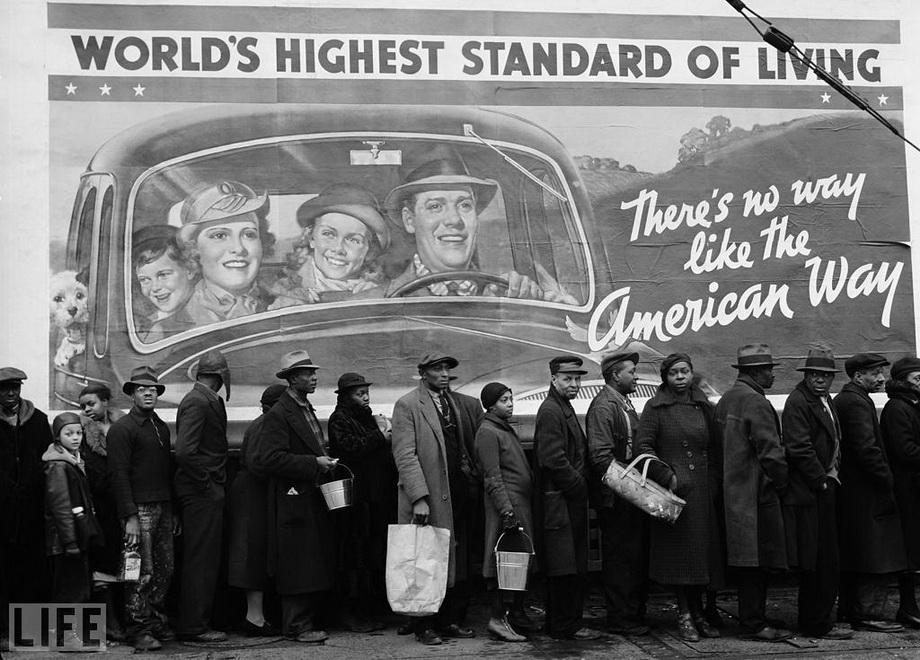 """Черга за їжею під час Великої Депресії біля пункту Червоного хреста, надпис """"немає іншого шляху, окрім американського"""". Margaret Bourke-White, 1937"""