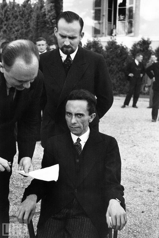 Момент, коли Геббельс дізнався, що його перекладач - єврей. Alfred Eisenstaedt, 1933