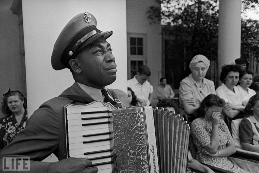 Старшина Грем Джонсон грає на похоронах президента Рузвельта, Ed Clark, 1945