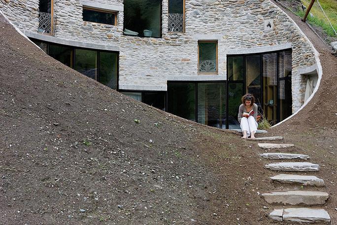 Будинок всередині пагорбу