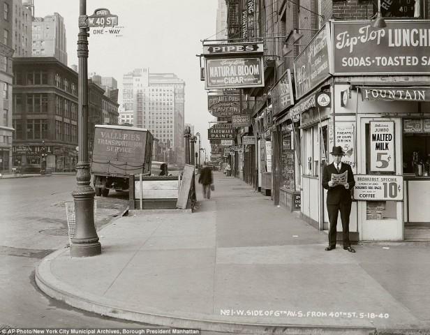 """1940, чоловік читає газету із заголовком """"Нацисти вже за 75 миль від Парижу"""""""