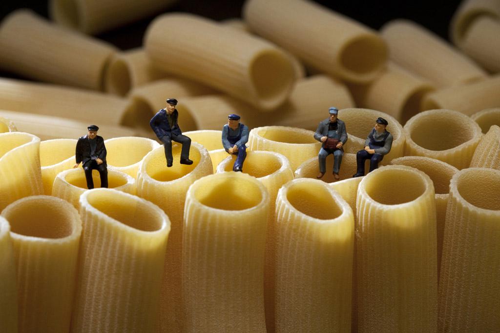 Мініатюрні люди у світі гігантських продуктів