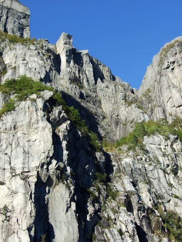 Краєвид над прірвою: скеля у Норвегії