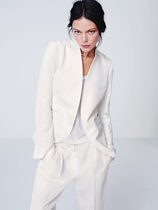 Білий брючний костюм