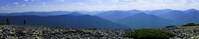 Сині хвилі Карпатських гір