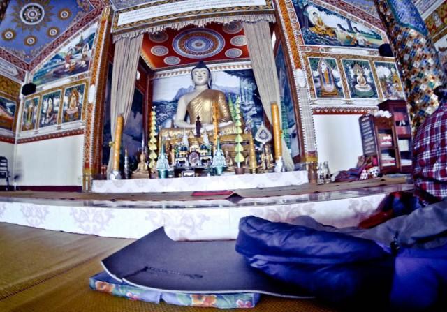 Лаос. Ніч під нанлядом Будди, який дивиться на тебе як на ..