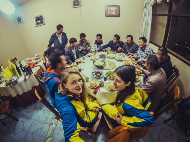 Типова китайська звана вечеря. Тут - зустріч колег по бізнесу