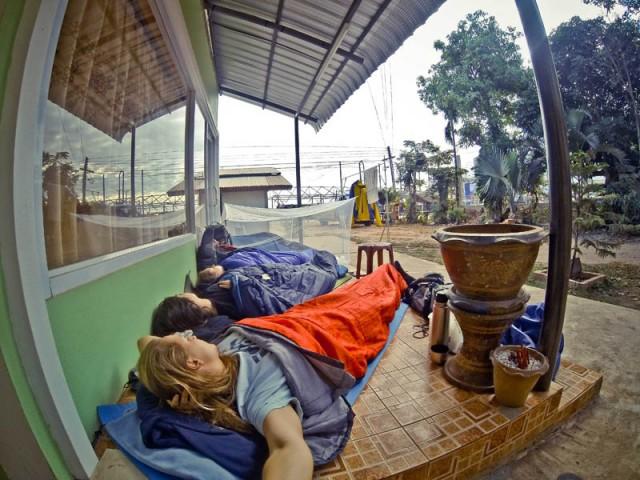 Ніч на кафельному ґанку десь між містами Лаосу