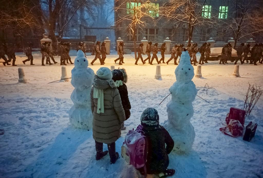 Діти дивляться вслід за бійцями Беркуту у центрі Києва, 7 грудня 2013 року /Михайло Петях/