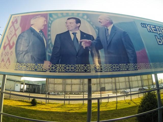 Назарбаєв, Медвєдєв і Лукашенко радісно посміхаються один одному на кордоні Казахстану з Китаєм
