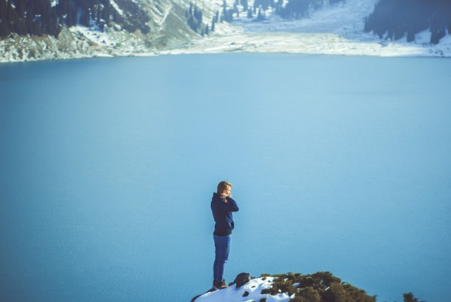 На фоні Великого Алматинського озера