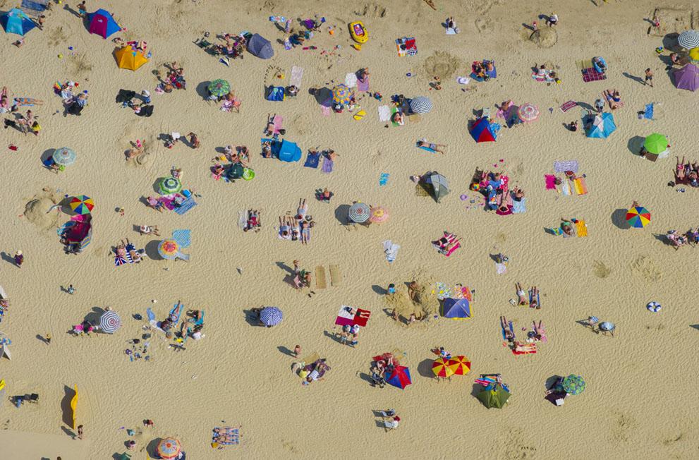 Люди відпочивають на пляжі Lyme Regis