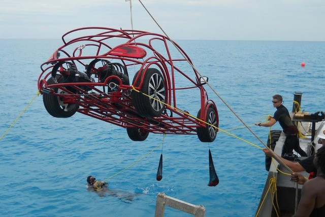 Volkswagen-y-Discovery-Channel-crean-un-auto-submarino-para-observar-tiburones-sumergiendo